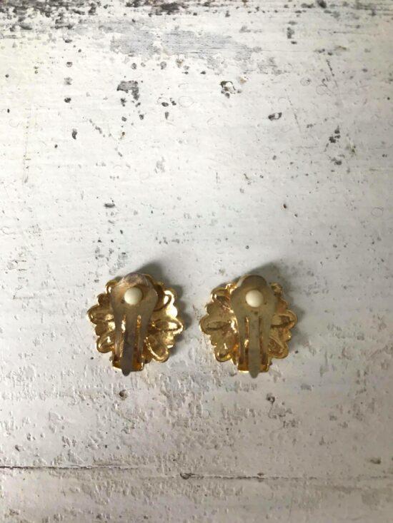 Boucles d'oreilles clip marguerites en métal doré et émail années 80