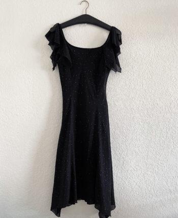 Robe fluide noire en mousseline avec détails pailletés et volants