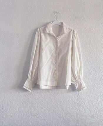 Chemise blanche en coton à manches ballons et petits détails ajourés