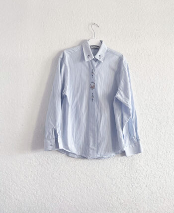 Chemise en coton rayé avec petites broderies au col