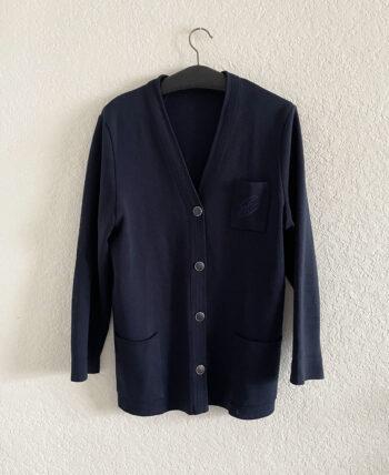 Cardigan mi-long 100% laine marin col V boutonné avec poche poitrine brodée.