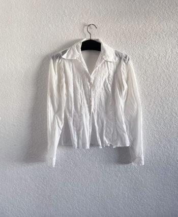 Chemise ancienne en coton blanche à fines broderies et petits boutons