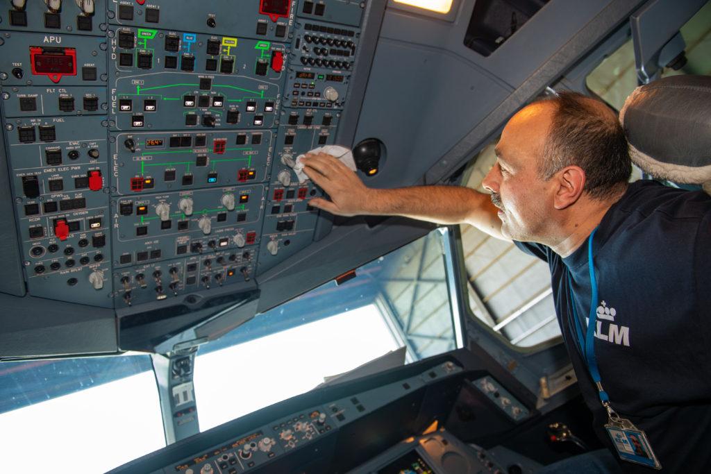 KLM cockpit cleaning 2