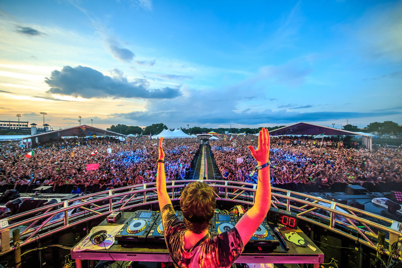 Oliver Heldens performing on main stage at Sunset Music Festival 2015