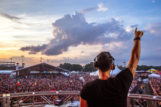 Cedric Gervais performing on main stage at Sunset Music Festival 2015