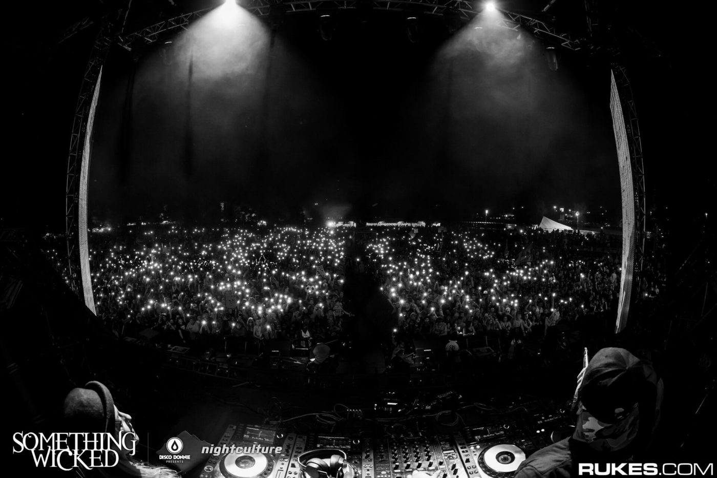 lights in crowd for deorro at something wicked