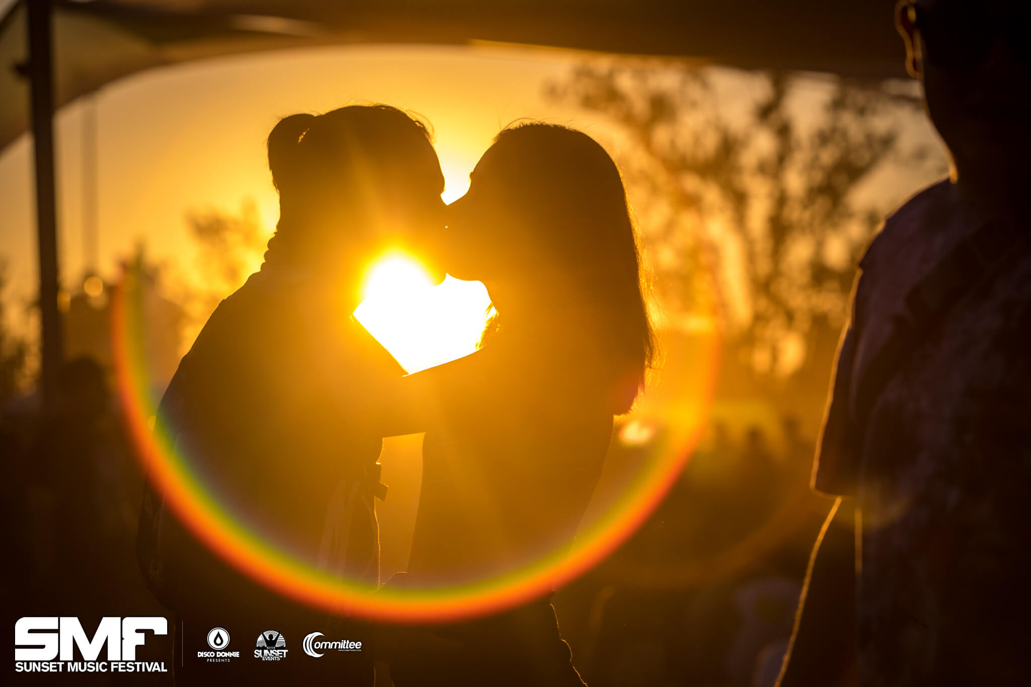 fans kissing at sunset