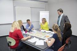 Mit dem Fernstudium Betriebswirtschaft und Management (B.A.) qualifizieren Sie sich für die Übernahme von Managementfunktionen.