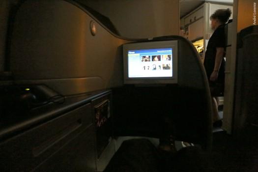 A ausência de cortinas para a galley dianteira é um ponto negativo na primeira classe