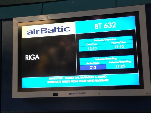 Painel no aeroporto de Fiumicino para o voo com destino a Riga