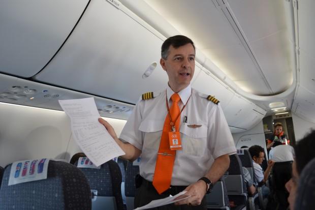 Comandante Dutra exibe os relatórios do voo