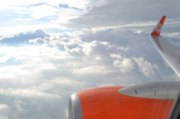"""Asa """"lisa"""" com flaps recolhidos sobrevoando as nuvens paulistas"""