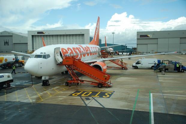 EasyJet_Boeing_737-700;_G-EZKA@LTN;06.07.2009_542ag_(4330150912)