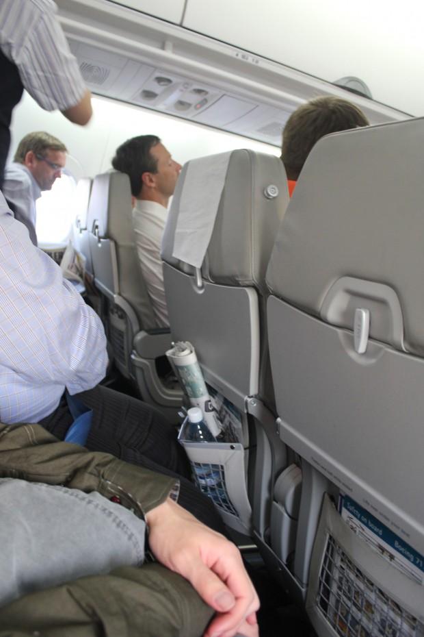 O senhor acima do peso passou um pouco de aperto com as poltronas do 717
