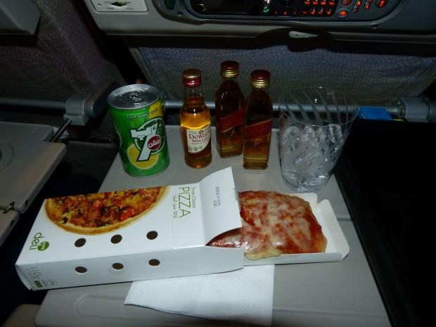 Pizza servida no voo EK-247 DUBAI x RIO
