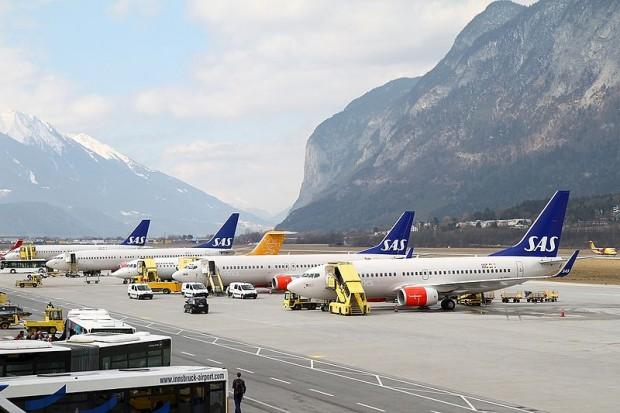 800px-Boeing_737-783,_Scandinavian_Airlines_-_SAS_AN1671730