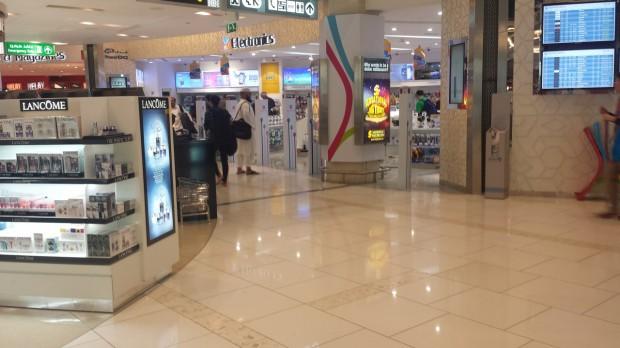 Abu Dhabi. Os corredores se confundem com Free Shop