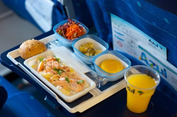 Exemplo de jantar ou almoço na Economy Class.