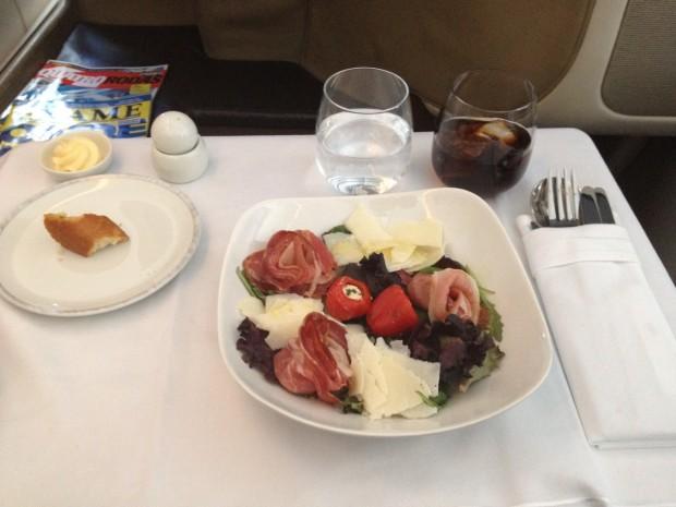 Salada oferecida como entrada, no serviço de bordo gourmet da Singapore Airlines