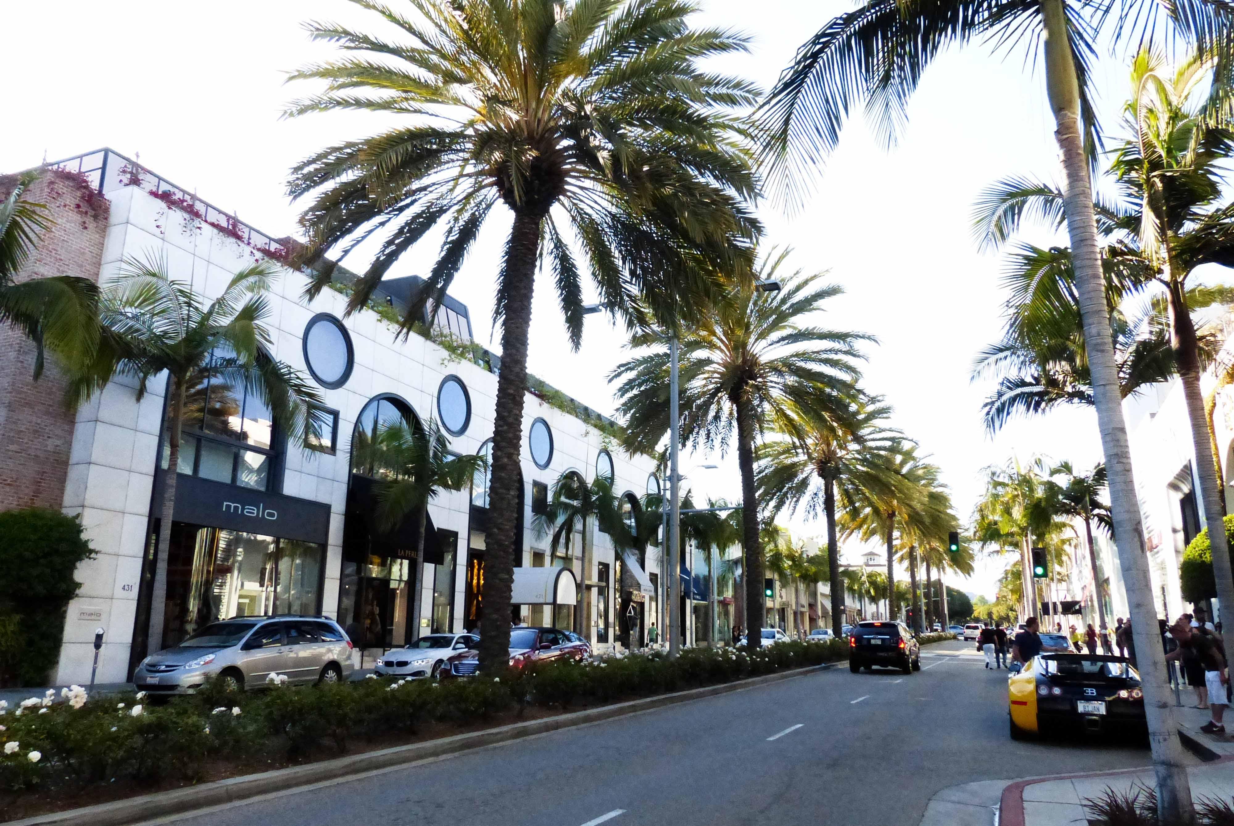 124606791db A avenida principal é recheada de marcas como  Burberry