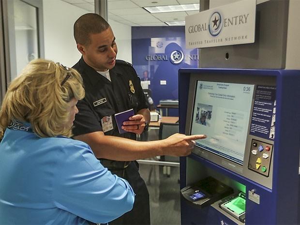 Acesso pelo sistema eletrônico Glbal Entry (Foto: Divulgação/US Customs and Border Protection/ Josh Denmark)