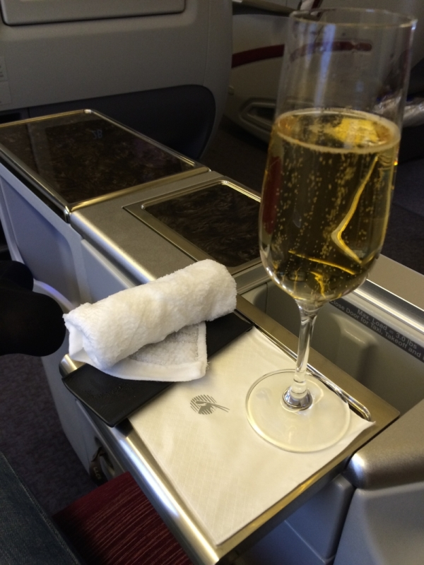 como-e-voar-executiva-qatar-airways-champagne-voo