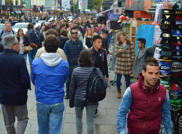 Rua de Camden Town lotada num sábado de outono