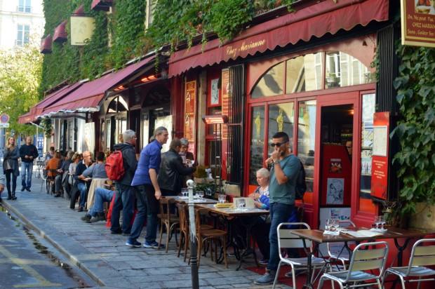 Calçada de restaurante no bairro Le Marais