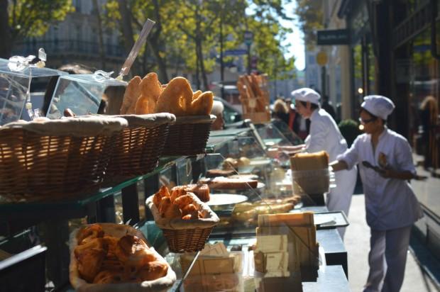 café de Paris vendendo baguetes na rua