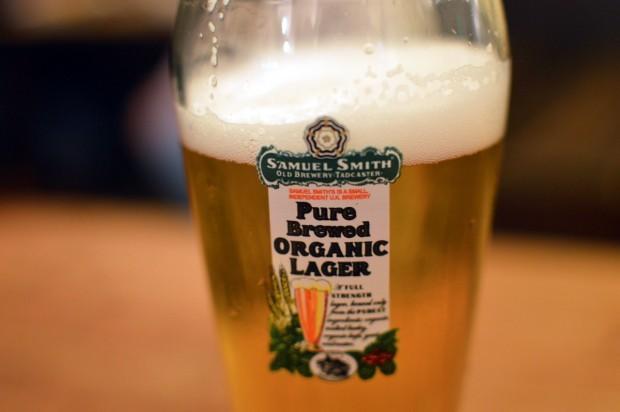 Cerveja tirada na hora do Ye Olde Cheshire Cheese. Todas as cervejas do pub são da cervejaria Samuel Smith