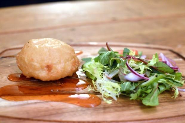 Comidinhas de pub - queijo de cabra empanado, servido com uma saladinha e molho feito com mel