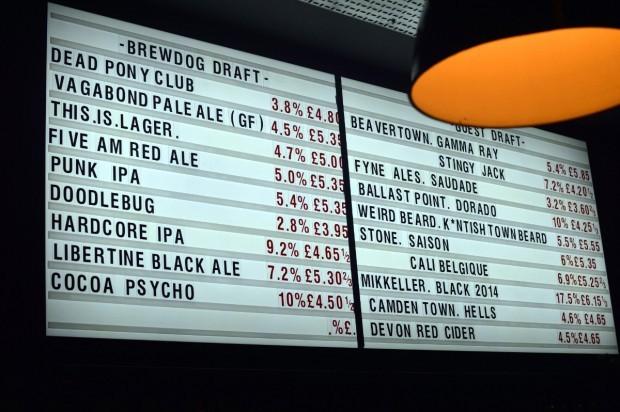 Painel de cervejas no pub Brewdog. Você pode experimentar a cerveja da marca em São Paulo