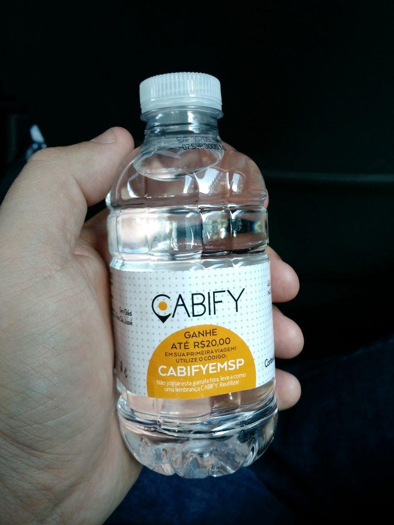 como-e-andar-com-cabify-garrafa