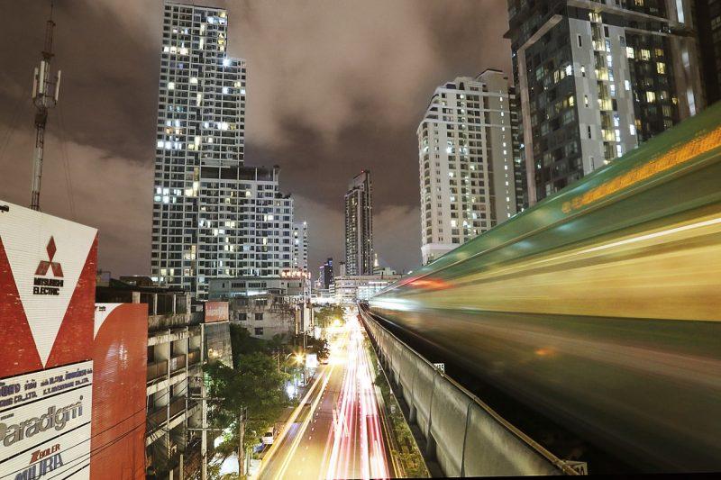 a noite de Bangkok é um verdadeiro espetáculo de luzes e cores