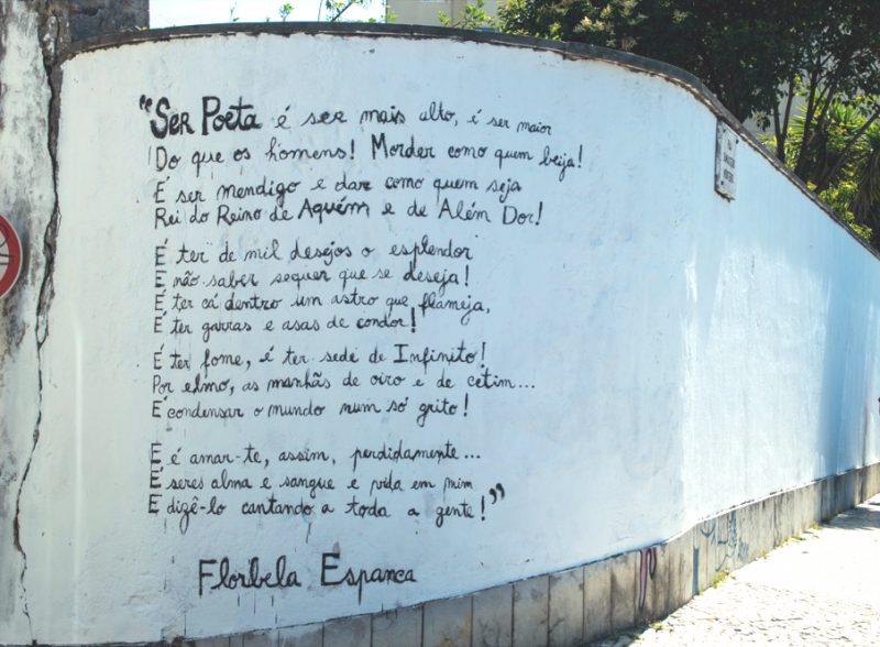 Muro de uma rua do bairro de Alfama