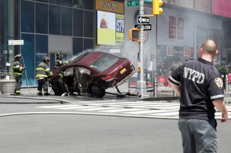 Auto  plows into Times Square crowd; 1 dead, about 20 hurt