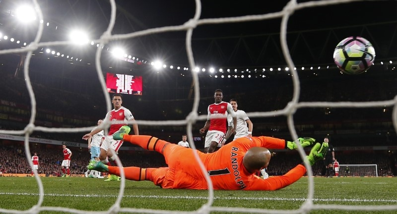 Ozil's focus back in Arsenal win - Wenger