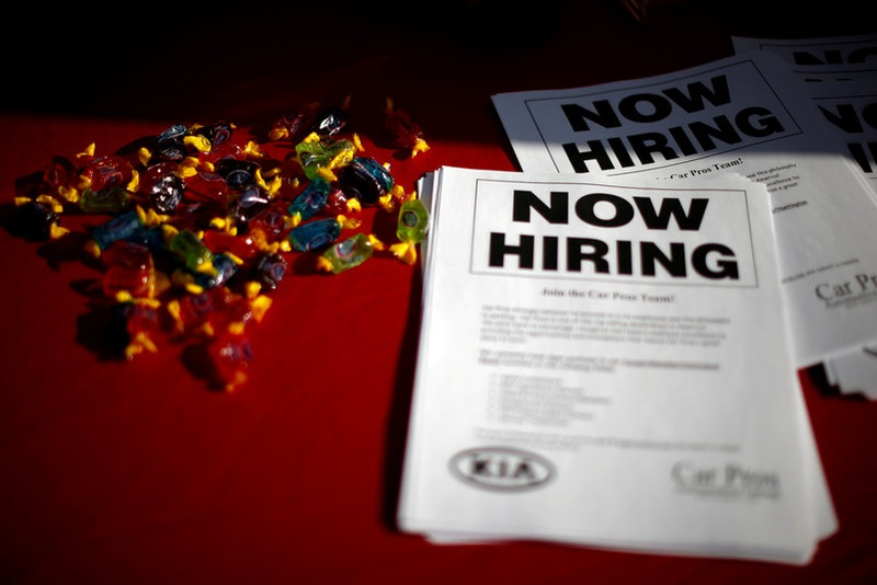 United States weekly requests for jobless aid fall to 233000