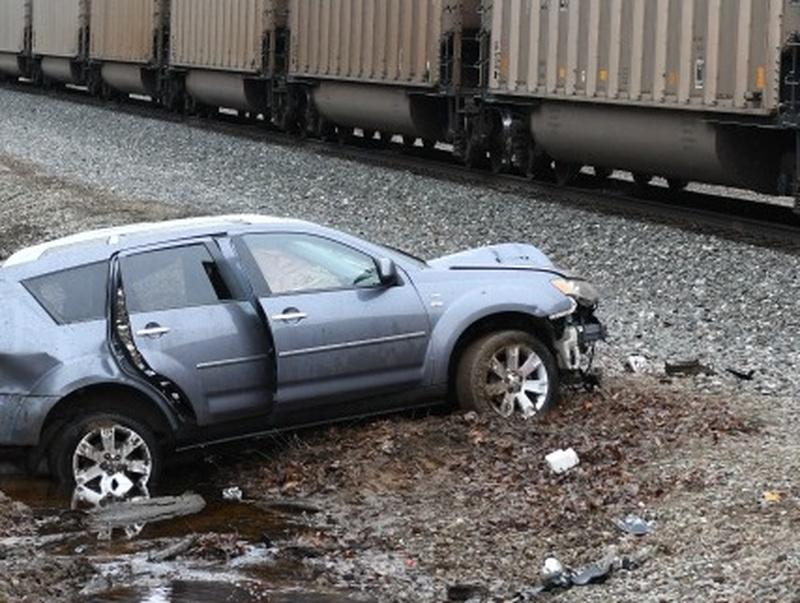 1 dead in car-train crash in Van Buren Co