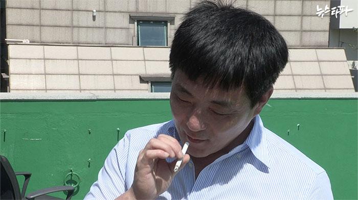 ▲ 1심 무죄 석방 직후 민변 사무실 옥상에서 첫 담배를 피우고 있다