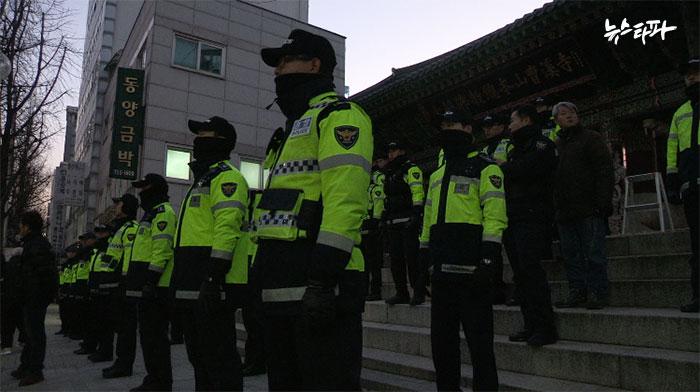 ▲ 한상균 민주노총 위원장이 피신해 있는 조계사 앞에 경찰이 배치돼 있다.