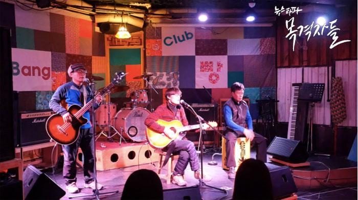 ▲ 연주와 노래로 자신들의 사연을 알리고 있는 콜트콜텍 해고노동자들