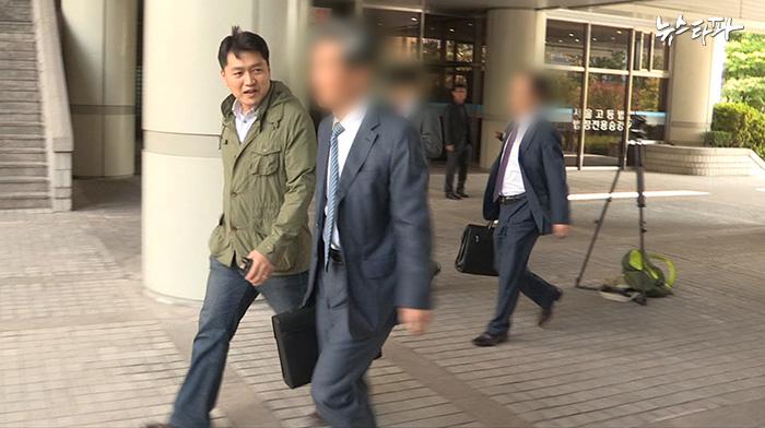 국정원 직원들이 유우성 씨에게 사과할 뜻이 있는지 변호인단에 물었지만 별다른 답변이 없었다. 국정원 직원들은 재판 마지막까지 증거 조작 혐의를 부인했다.