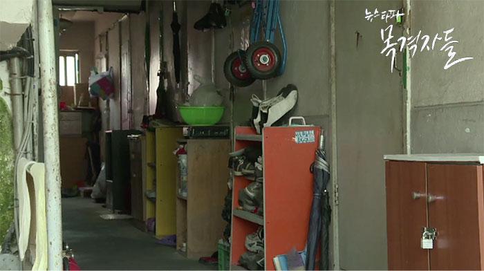 ▲ 서울시 동자동 쪽방촌 골목, 50여 채의 낡은 건물에 1100여 명이 거주 중이다.