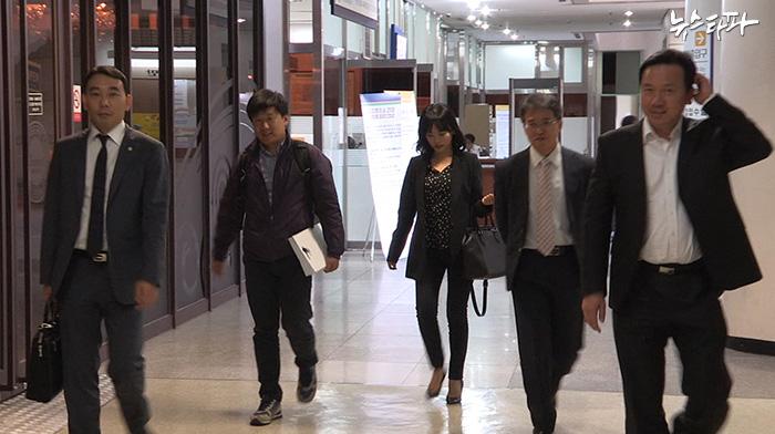 국정원 증거조작 재판에 증인으로 출석하고 있는 유우성 씨와 변호인단