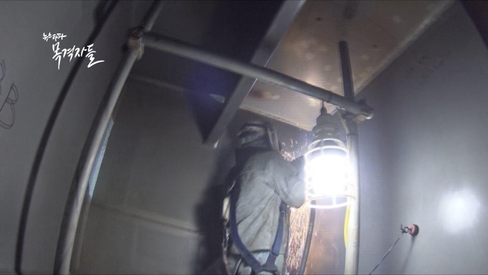 ▲ 밀폐된 공간에서 작업을 하고 있는 현대중공업 사내 하청 노동자