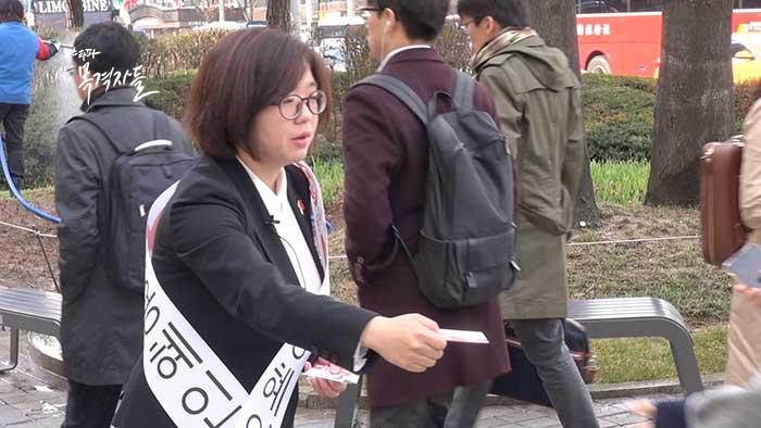 ▲ 노동당 비례대표후보 1번 용혜인 후보가 광화문 근처에서 유세 활동을 하고 있다. 노동당은 이번 총선에서 정당득표율 0.38%를 기록했다.