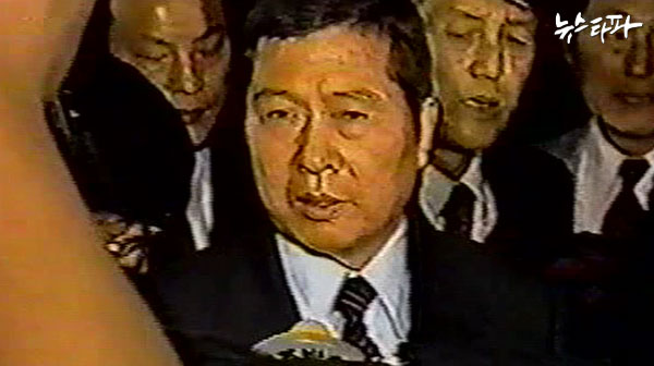 ▲ 공항에서 내리는 김대중 전 대통령.
