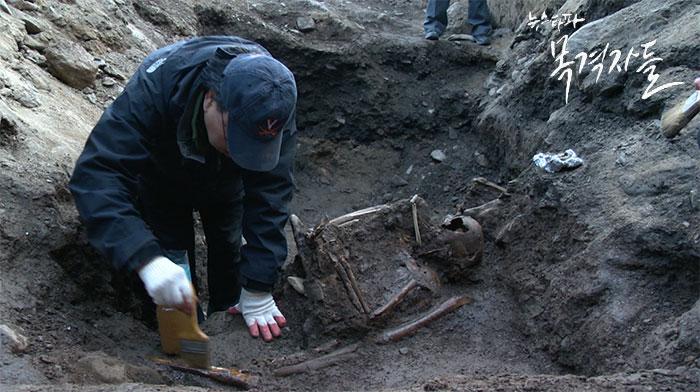 ▲ 2015년 2월, 민간단체의 기금모금과 자원봉사자들의 도움으로 대전 낭월리 일대에서 일주일동안 현장발굴을 진행했다. 그러나 민간의 힘으로는 매장지 전체를 발굴할 여력이 없어 현장을 덮어야 했다.