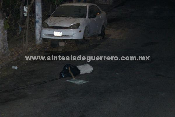 Asesinan a un hombre y dejan su cadáver cerca de un velorio, en Zihuatanejo